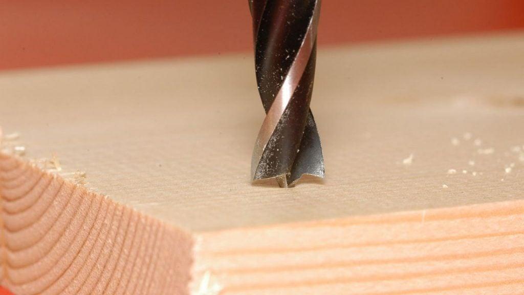 Orificio con taladro en la madera.