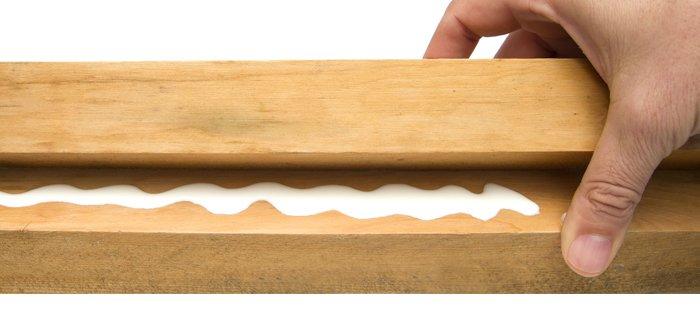 Junquillos de madera con cola adhesiva para hacer un biombo de madera